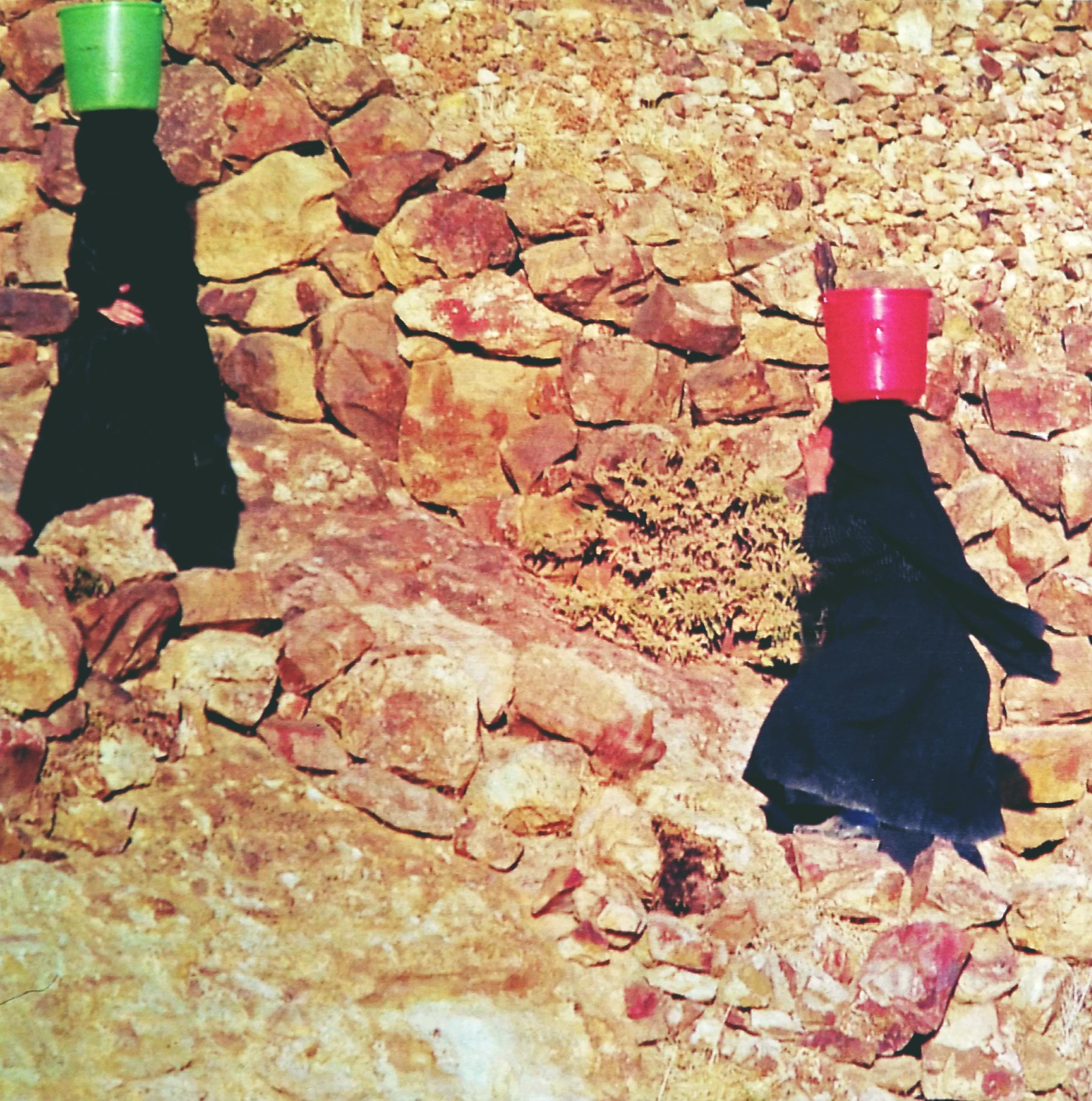Thula - Le donne, percorrendo ripidi pendii, raccolgono l'acqua dalle cisterne a cielo aperto