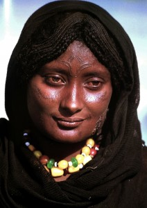 La donna sahariana nelle acconciature e nei tatuaggi iscrive sul corpo i simboli della vita