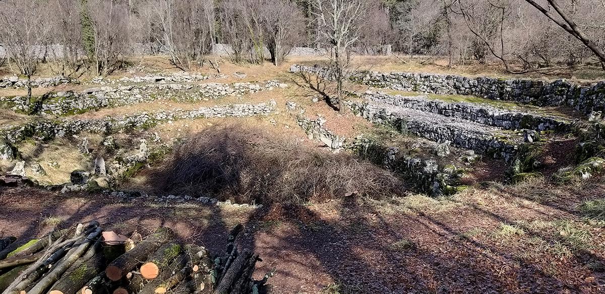La dolina di Bugomili caratterizzata dai gradoni in pietra a secco