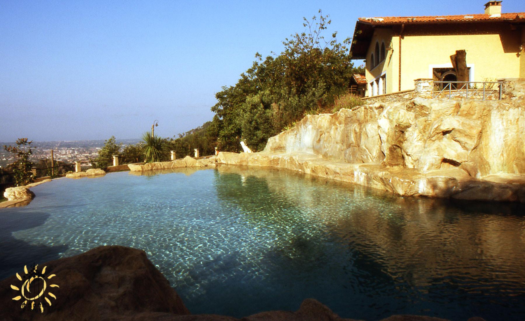la grande piscina di roccia locale, alimentata con l'acqua raccolta dalle coperture
